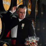 Испанский вененсиадор наливает Херес в бокалы